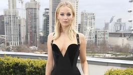 Herečka Jennifer Lawrence v šatách značky Versace.