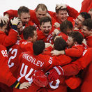 Zatiaľ čo im hrali olympijskú hymnu, Rusi si spievali tú svoju. Aj s divákmi