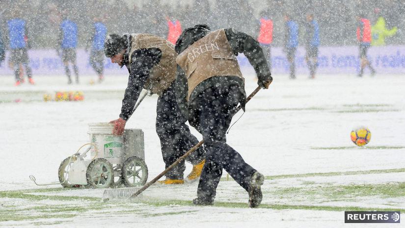 Sneh, mráz, futbal, trávnik, ilustračná
