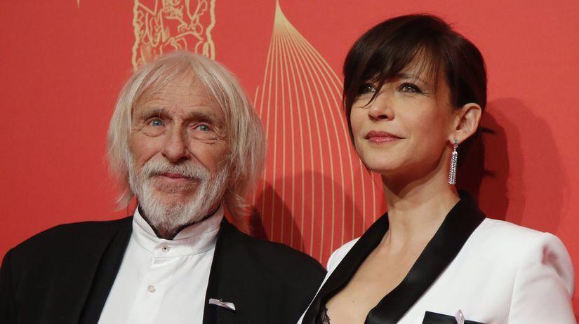 Herci Pierre Richard a Sophie Marceau pózujú...