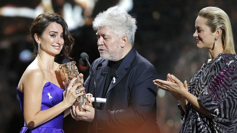 Španielska herečka Penelope Cruz (vľavo) bola...