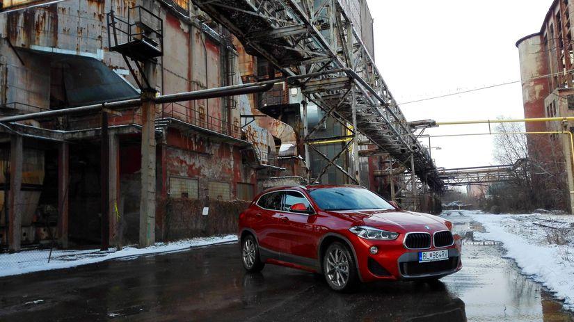 BMW X2 v areali niklovej huty v Seredi  ktora...