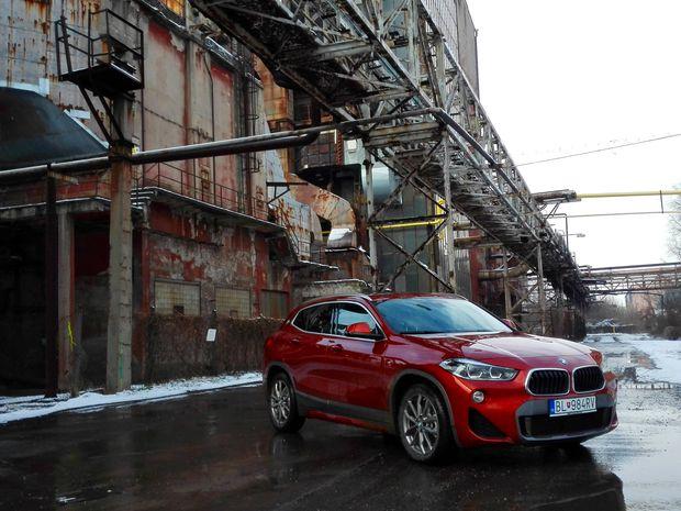 BMW X2 v areali niklovej huty v Seredi  ktora je v zozname organizacie Cierne diery
