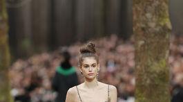 Modelka Kaia Gerber v kreácii značky Chanel - v kolekcii jeseň-zima 2018/2019.