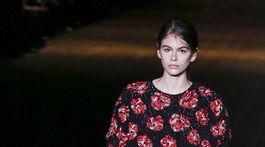 Modelka Kaia Gerber v kreácii značky Saint Laurent - v kolekcii jeseň-zima 2018/2019.
