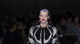 Modelka v kreácii značky Alexander McQueen - v kolekcii jeseň-zima 2018/2019.