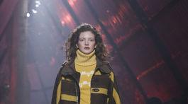 Modelka v kreácii značky Hermés - v kolekcii jeseň-zima 2018/2019.