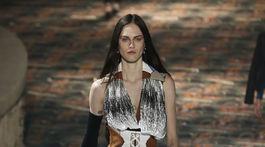 Modelka v kreácii značky Louis Vuitton - v kolekcii jeseň-zima 2018/2019.