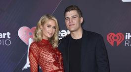 Boháčka Paris Hilton prišla na podujatie aj so svojím snúbencom Chrisom Zylkom.