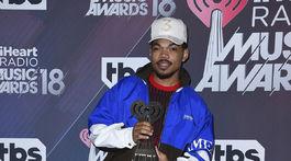 Chance the Rapper pózuje s cenou pre inovátora roka.