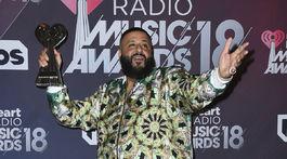 """DJ Khaled pózuje s cenou za skladbu """"Wild Thoughts""""."""
