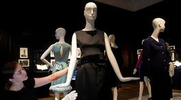 Šaty značky Givenchy z roku 1963, ktoré mala oblečené herečka Audrey Hepburn vo filme Šaráda.