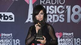 Speváčka Camila Cabello pózuje s cenou Fangirls award.