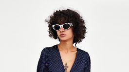 Šaty s jemným bodkovaným vzorom Zara, predávajú sa za 25,95 eura.