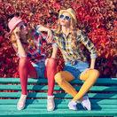 ženy, dvojica, pár, kamarátky, slnečné okuliare, tenisky, dvojičky, dvojčatá, slnko, opaľovanie, jeseň, kárované košele, farebné, pančuchy, turistky, drzé, drzá, roztopašné, priateľstvo, lavička, relax. cestovanie,