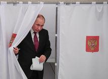 V ruských prezidentských voľbách volební pozorovatelia hlásia nezrovnalosti, Putin odhlasoval