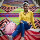 cestovateľka, Oneika Raymond, farebné schody, cestovanie, schody, černoška, influencerka, blogerka,