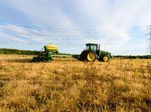 pole traktor polnohospodárstvo tráva obilie