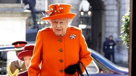 Kráľovná Alžbeta II. počas návštevy galérie v Londýne.
