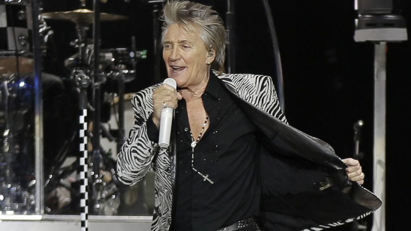 Spevák Rod Stewart na archívnom zábere z koncertu.