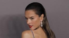 Brazílska modelka Alessandra Ambrosio predviedla odhalený chrbát.