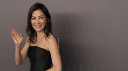Herečka Michelle Yeoh pózuje na večierku amfAR v Hong Kongu.