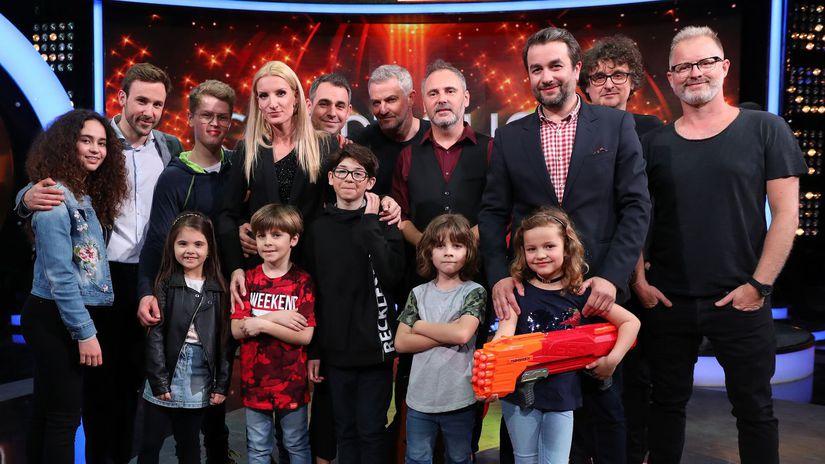 Adela Vinczeová s hercami zo seriálu Oteckovia