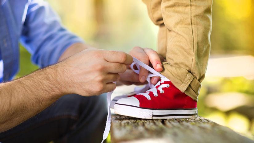 Detská obuv, topánky, šnúrky, otec, syn,...