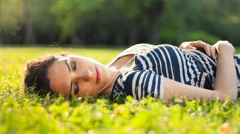 jarná únava, žena, spánok, príroda, lúka