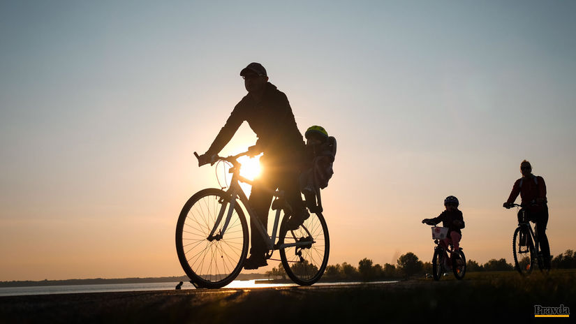 cyklisti rodina aktívny odpočinok šport...