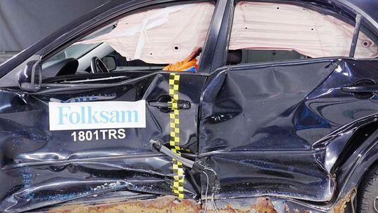 Folksam: Korózia znižuje bezpečnosť. Ukázal 'crash' starej Mazdy a Golfu