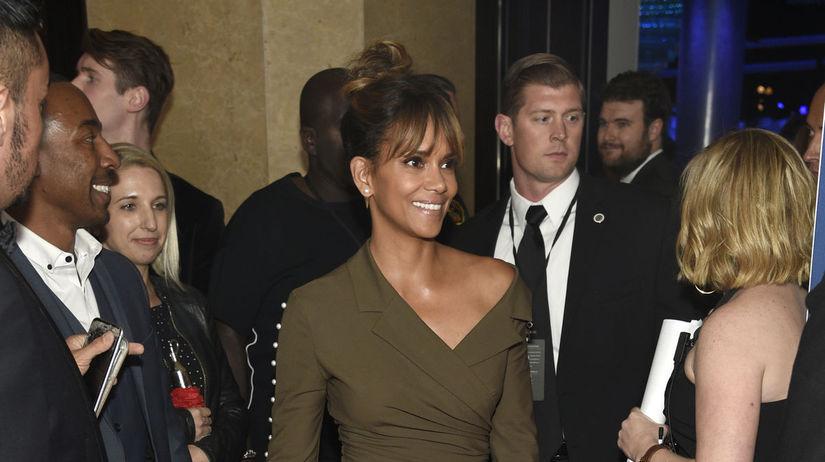 Herečka Halle Berry odhalila nohy v šatách Adaem.