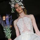 Modelka v šatách pre nevestu z kolekcie značky Reem Acra, ktorú predstavili v New Yorku.