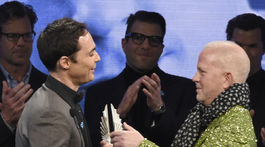 Scenárista Ryan Murphy (vpravo) odovzdal cenu Stephena F. Kolzaka hercovi Jimovi Parsonsovi.