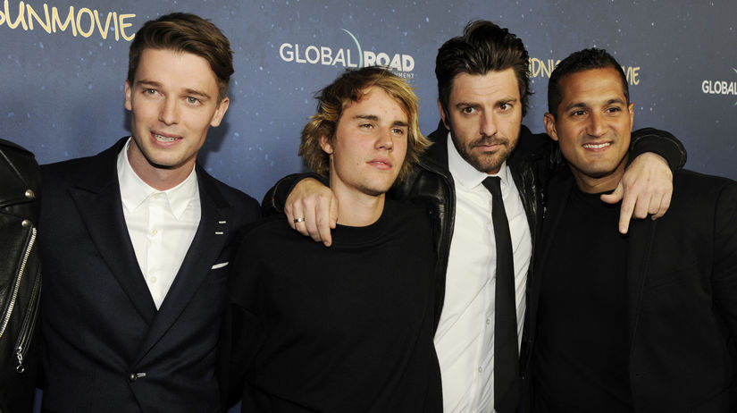 Justin Bieber (druhý zľava), jeho kolega a...