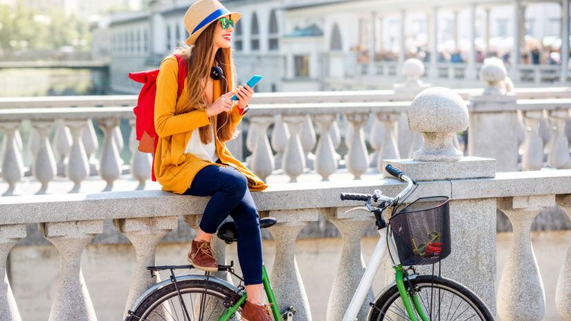 cestovanie, cestovateľka, bicykel, mobil,...