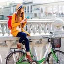 cestovanie, cestovateľka, bicykel, mobil, dovolenka, žltý kabát, hudba, slúchadlá,
