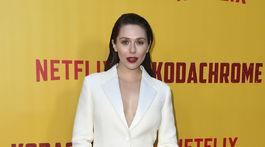 Herečka Elizabeth Olsen prišla na premiéru v nohavicovom kostýme Dior.