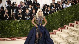 Dizajnérka Donatella Versace spoluhostiteľka Met Gala s témou Heavenly Bodies: Fashion and the Catholic Imagination.