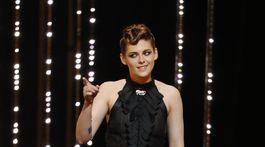 Herečka a členka poroty Kristen Stewart v šatách z dielne Chanel.