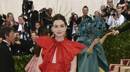 Herečka Anne Hathaway v kreácii Valentino Haute Couture.