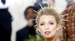 Herečka Blake Lively a jej ozdoba vo vlasoch, ktorá akoby odkazovala na sväté ikony.