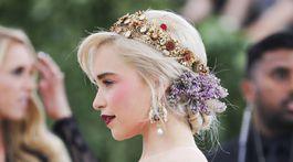 Herečka Emilia Clarke a jej honosná zlatá čelenka aj orgován vo vlasoch.