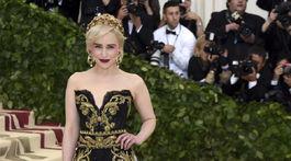 Herečka Emilia Clarke v kreácii Dolce & Gabbana Alta Moda.