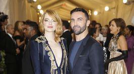Herečka Emma Stone v kreácii Louis Vuitton a dizajnér značky Nicolas Ghesquiére.