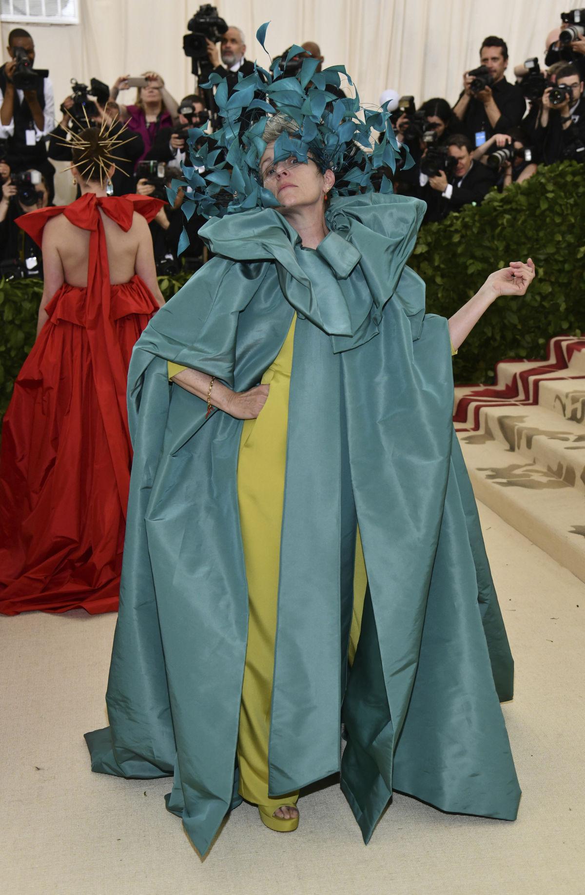 Herečka Frances McDormand v kreácii v kreácii...