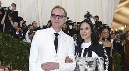 Herečka Jennifer Connellly (v Louis Vuitton) a jej manžel Paul Bettany.