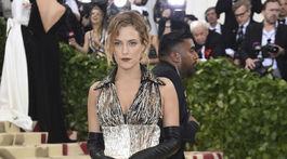 Herečka Riley Keough v šatách Louis Vuitton.