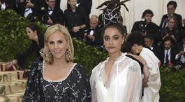 Herečka Sasha Lane (vpravo) a dizajnérka Tory Burch, ktorá ju obliekla.