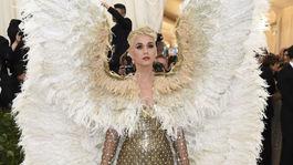 Katy Perry prišla na akciu v netradičnej kreácii s krídlami. Šaty boli z dielne Versace.